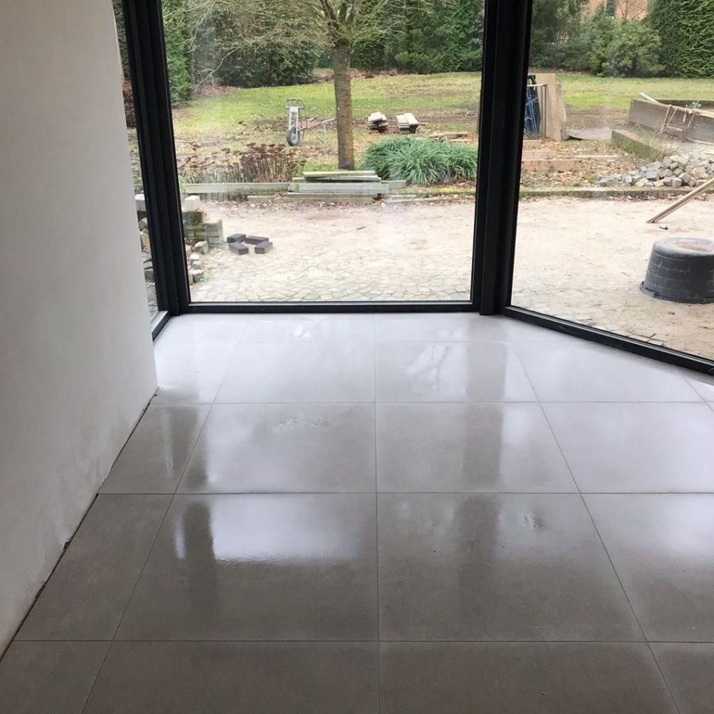 Betonlook vloer laten leggen in woonkamer