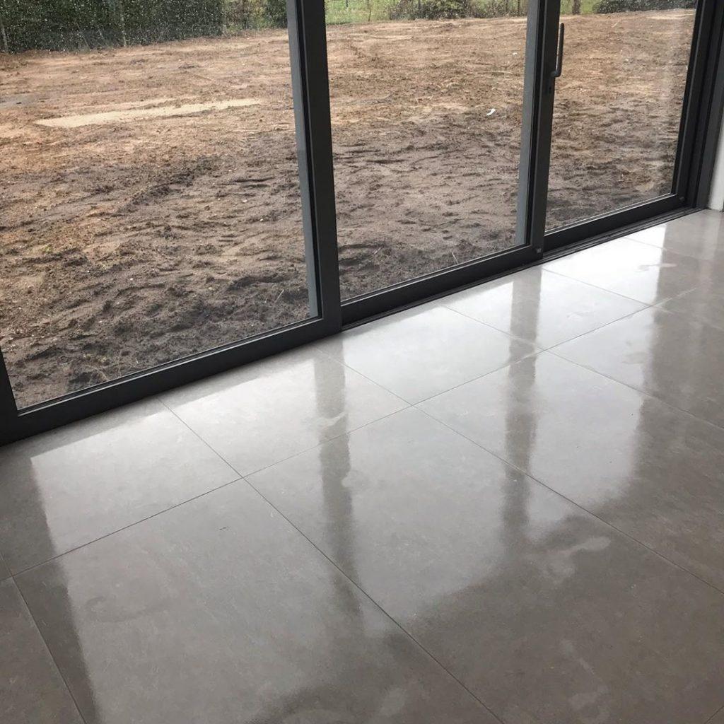 Glanzende betonlook tegels
