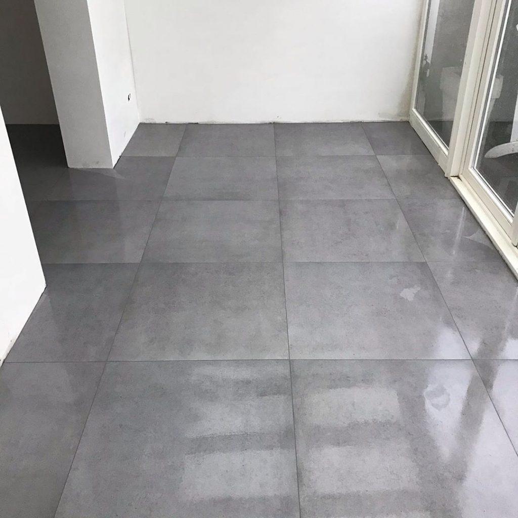 Glanzende betonlook tegelvloer laten leggen