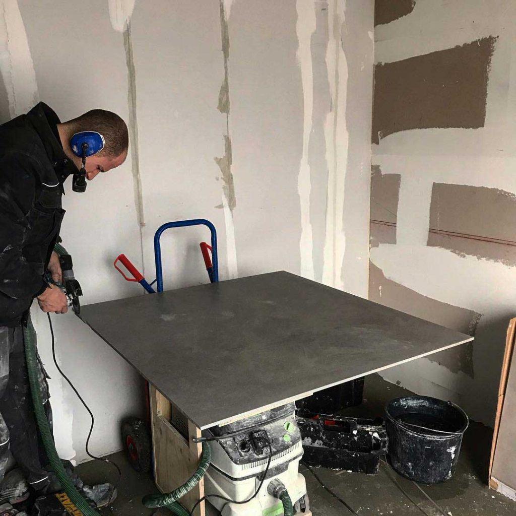 Grote-betonlook-tegelvloer-installeren