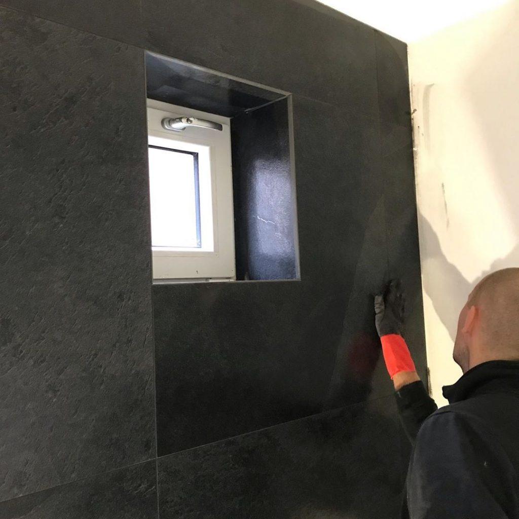 badkamer laten betegelen met grote tegels