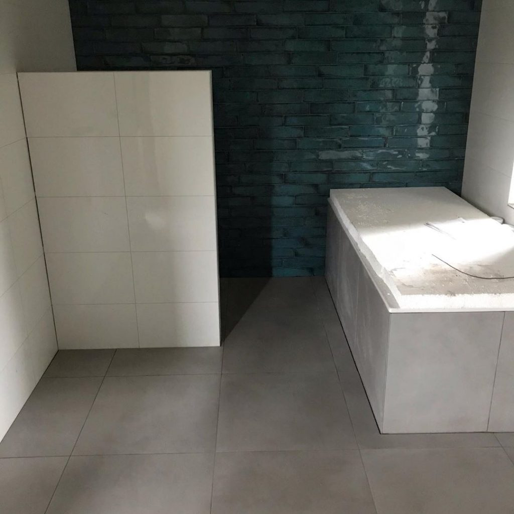 badkamerwand en badkamer vloer laten betegelen in Eindhoven