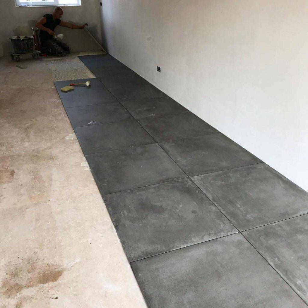 betonlook-vloertegels-leggen