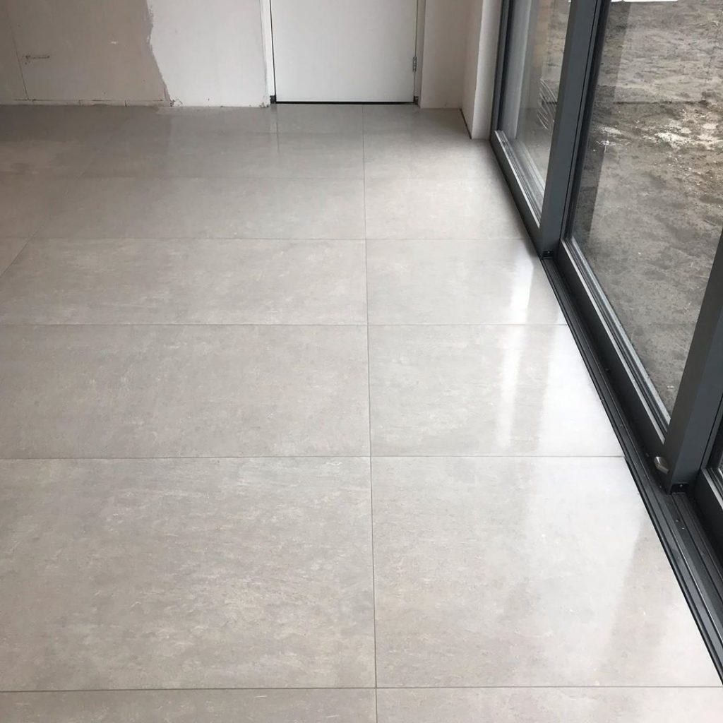 glanzende betonlook tegels voor tegelvloer
