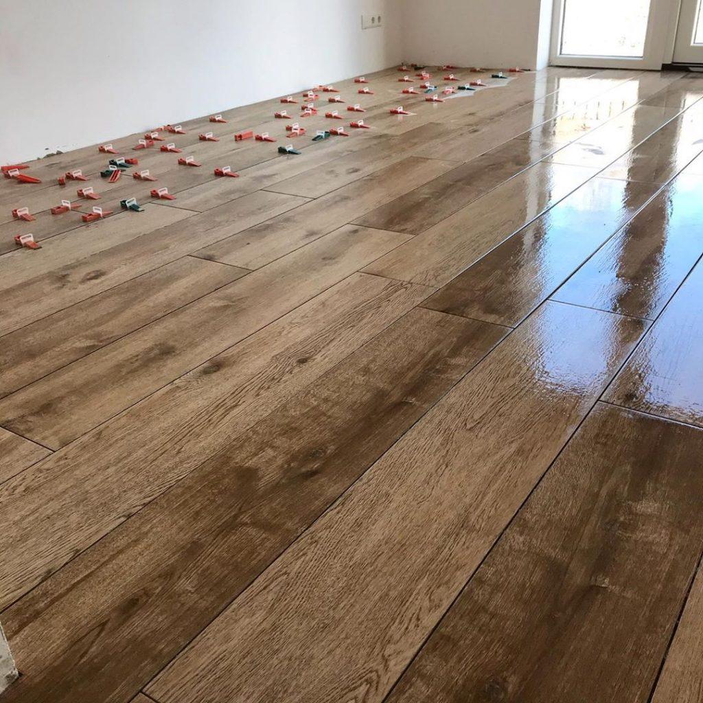 glanzende houtlook tegelvloer laten leggen Eindhoven