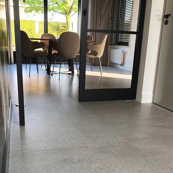 Betonlook-tegelvloer-laten-leggen-woonkamer
