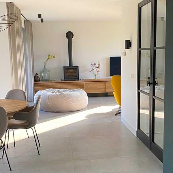groot-formaat-betonlook-vloertegels-laten-leggen