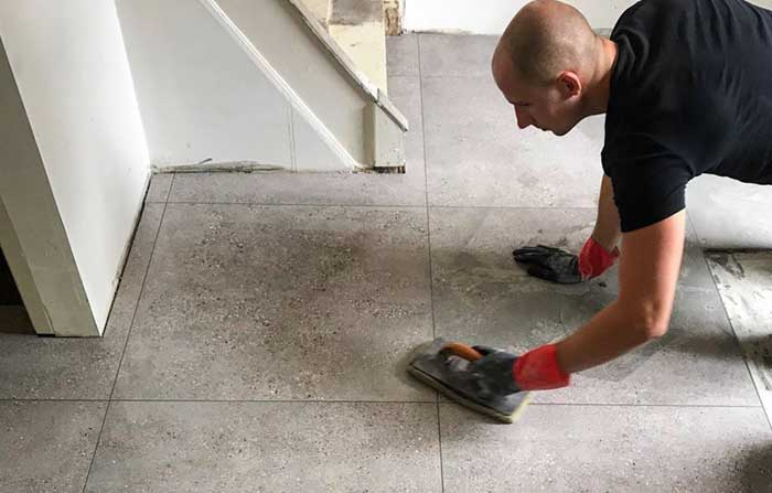 vloertegels-betonlook-laten-leggen