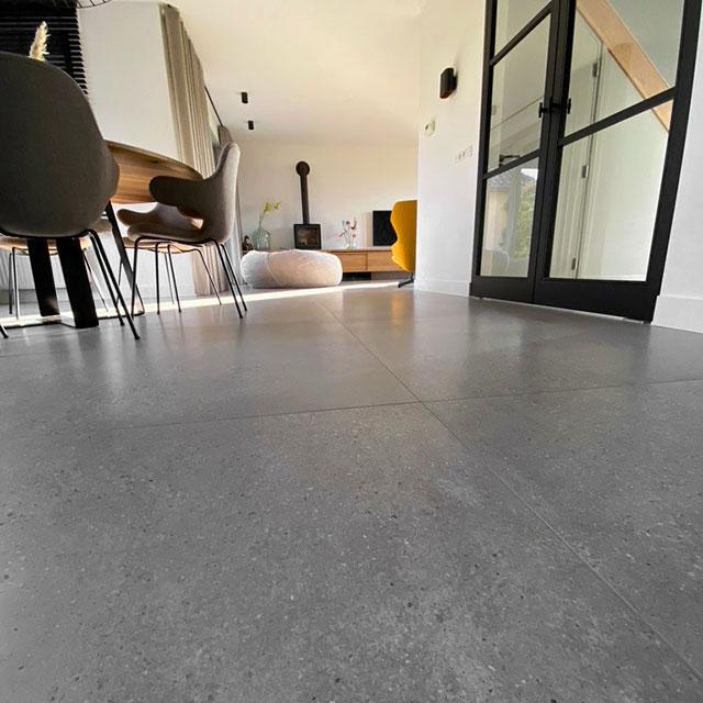vloertegels-betonlook-woonkamer